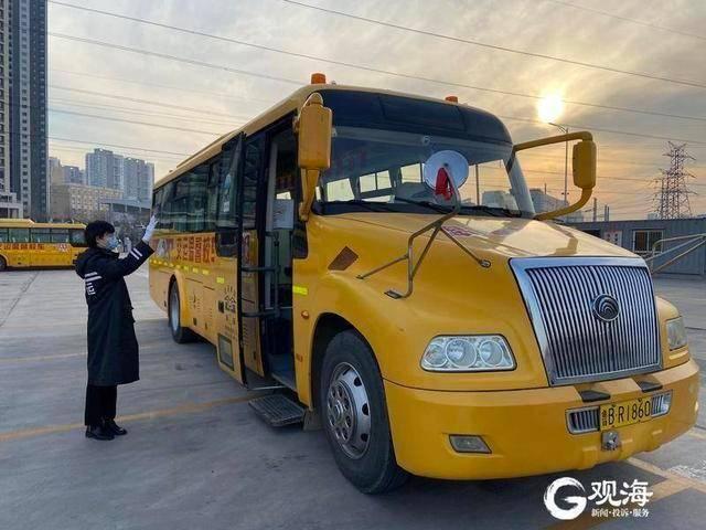 """青岛校车管理""""新规"""":司机不得在驾驶时吸烟、聊天、使用通讯工具"""